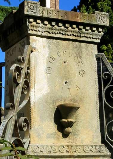Jesus-Sockel mit Gral? Garten Rennes-le-Château